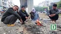 Người dân Hà Nội đốt củi sưởi ấm trên đường trong ngày mưa rét