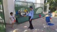 Bác bảo vệ bắt tay học sinh ở Trường tiểu học Lê Lợi, Hà Nội.