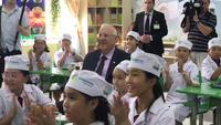 Học sinh mặc áo dài đón Tổng thống  Israel