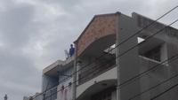 """Người đàn ông lên tòa nhà cao tầng """"quậy tưng bừng"""""""