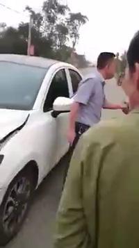 Va chạm giao thông, người đàn ông rút súng dọa bắn