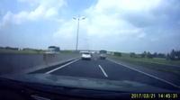 Suýt gặp tai nạn nghiêm trọng vì xe khác dừng sai làn trên cao tốc mà không bật đèn cảnh báo