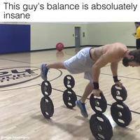 Chàng trai với kỹ năng giữ thăng bằng đáng kinh ngạc