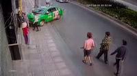 Tài xế lái taxi dũng cảm dùng xe để chặn tên cướp đang chạy trốn