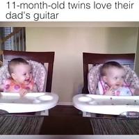Phản ứng cực đáng yêu của cặp đôi song sinh khi nghe tiếng đàn guitar của cha