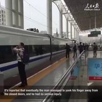 Kẹt tay vào cửa, chàng trai phải chạy theo khi tàu cao tốc đang rời sân ga