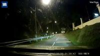 Rợn người lái xe ghi được hình ảnh bóng ma ngồi trên đường