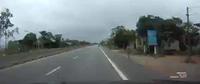 May mắn sống sót dù bị xe khách đâm vì sang đường không quan sát