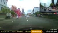 Xe máy dừng giữa đường bị ô tô hất tung
