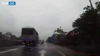 Thoát chết thần kỳ khi ngã ngay trước đầu xe tải do đường trơn trượt