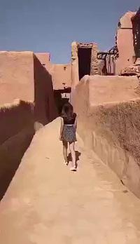 Cô gái bị bắt vì mặc váy ngắn và áo crop top đi ra đường