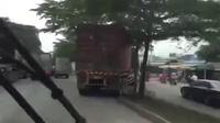 Xe container leo con lươn để tránh tắc đường