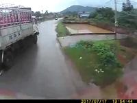 Rùng mình khoảnh khắc xe tải suýt gặp tai nạn vì vượt ẩu
