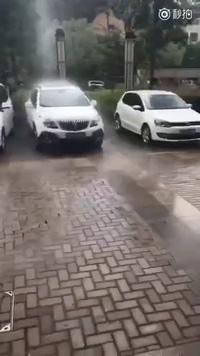 Kỳ lạ cột mưa thẳng đứng tại Trung Quốc