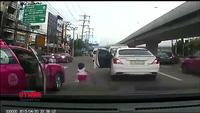 Bé gái suýt bị xe cán vì rơi từ trên ô tô xuống đường