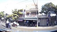Nam thanh niên đứng trên xe máy chạy như bay tại Đà Nẵng
