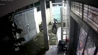"""Trộm xe máy còn """"lịch sự"""" quay lại đóng cửa cho chủ nhà"""