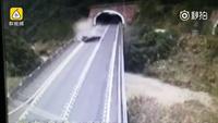 Ô tô nát bét và lộn nhiều vòng sau tai nạn, tài xế thoát chết một cách thần kỳ