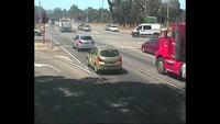 Xe tải drift để tránh xe con dừng đèn đỏ ở trước mặt