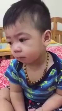 Gương mặt mếu máo nhưng không dám khóc khi bị mắng của em bé cực đáng yêu