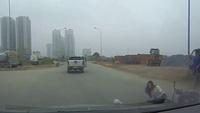 Cô gái đi xe đạp điện bất ngờ lao thẳng vào ô tô rồi ngã ra đường