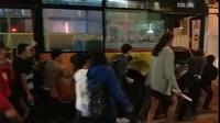 Người dân chung sức đẩy xe buýt bị chết máy qua đoạn đường hẹp ở Hà Nội