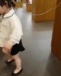 Điệu nhảy đáng yêu của bé gái xinh xắn khiến nhiều người thích thú