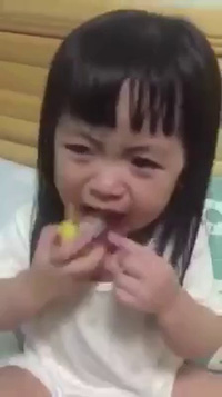 """Chết cười bé gái có khả năng """"diễn xuất"""" không thua kém gì diễn viên"""