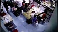 Clip sốc em bé bị bỏng trong quán ăn - Bài học cho các bậc phụ huynh