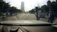 Cô gái suýt gặp tai nạn vì băng qua đường mà không quan sát