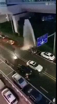 Các tài xế tận dụng đường ống nước bị vỡ để tranh thủ rửa xe