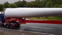 Màn vào cua ấn tượng của xe tải chở cánh quạt điện gió dài 60m