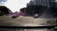 """Ô tô """"ma"""" bí ẩn bất ngờ lao ra giữa đường gây tai nạn tại Singapore"""