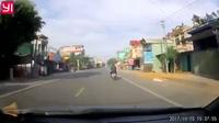 Chó chạy rông ngoài đường gây tai nạn cho người đi xe máy