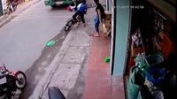 Nam sinh đi xe đạp thoát chết một cách thần kỳ khi ngã vào gầm xe container