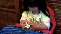 Xem cô bé 2 tuổi giải khối rubik một cách tài tình trong 70 giây