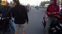 Người dân phải nhặt đinh vương vãi khắp quốc lộ 51, đoạn qua xã Tam Phước (Biên Hòa, Đồng Nai)