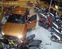 Tài xế xe bán tải bất ngờ lao thẳng xe vào bãi đậu xe máy; may mắn là không ai bị thương