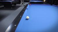 Cơ thủ trình diễn những đường đánh billiard điêu luyện bên cạnh người đẹp