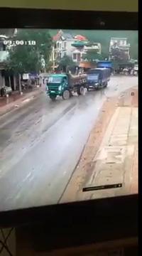"""Một màn """"drift"""" ấn tượng của xe tải để tránh va chạm"""