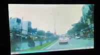 Không giảm tốc độ khi qua ngã tư dù bị khuất tầm nhìn, tài xế ô tô tông ngã người đi xe máy