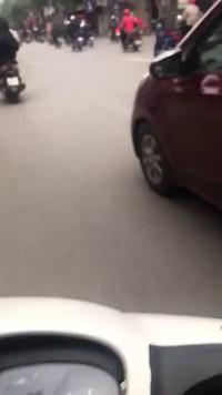 Cô gái vừa... cầm tô ăn vừa điều khiển xe ô tô khiến nhiều người bất bình
