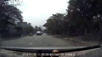 Người phụ nữ đi xe máy suýt gặp tai nạn vì thản nhiên qua đường ngay trước mũi ô tô