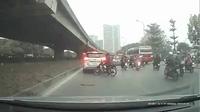 Thanh niên đi xe máy phóng nhanh không làm chủ tốc độ đâm thẳng vào đuôi ô tô