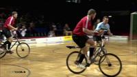 Thú vị môn thể thao đá bóng bằng... xe đạp