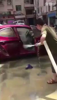 Phì cười với kiểu rửa xe siêu sạch để chuẩn bị đón Tết