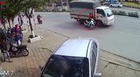 Chuyển hướng không quan sát, người phụ nữ đi xe máy suýt chui vào gầm xe tải