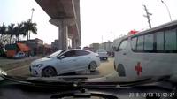 Ô tô thản nhiên quay đầu ở làn một chiều, cản đường cả xe cấp cứu