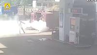 Kinh hãi khoảnh khắc hai xe tải tông nhau rồi bốc cháy trong trạm xăng