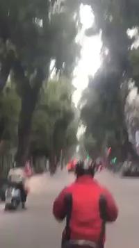 Tài xế xe sang Porsche lái xe phóng nhanh, lạng lách trên phố khiến nhiều người bất bình